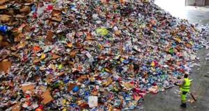 les excès de plastique dans l'amas d'emballages