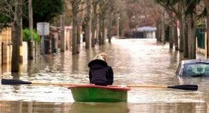 rue envahie par l'eau, les inondations ont des graves conséquences
