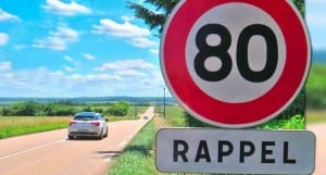 panneau routier de la limitation de vitesse à 80 km/heure