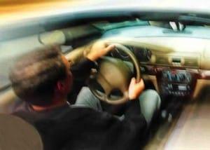 un conducteur concerné par la vitesse sur la route