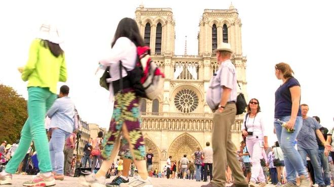 Touristes devent notre-dame