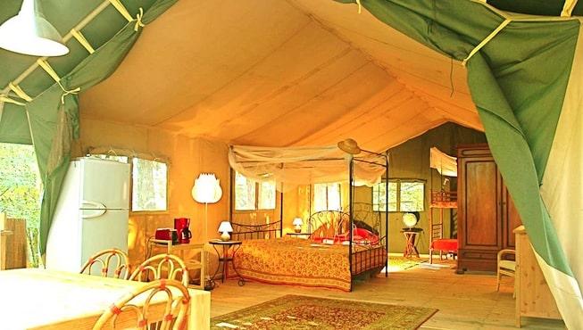 interieur d'une grande tente