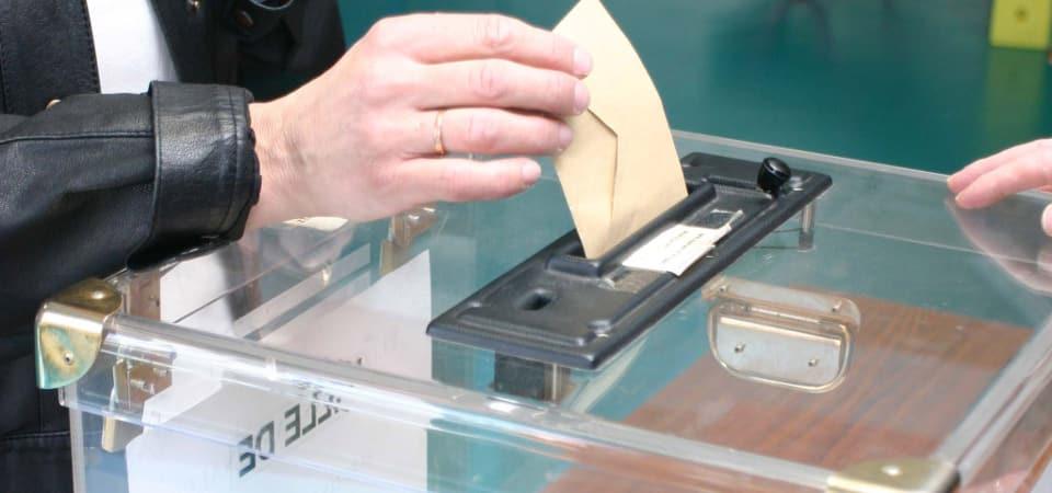 Main tenant un bulletin de vote