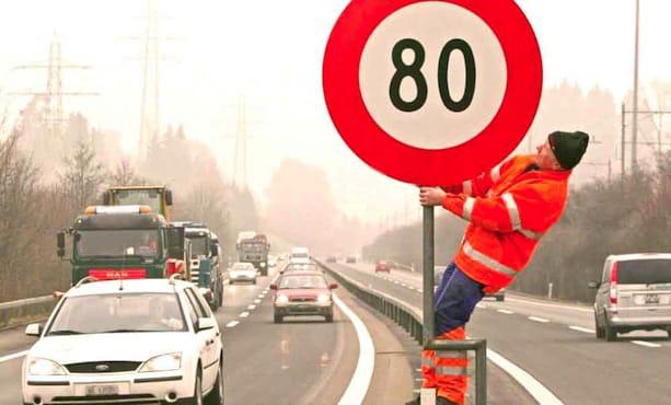 Panneau de signalisation limitant la viteesse à 80 km/heure