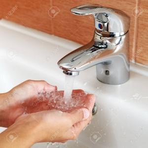 Main sous un robinet