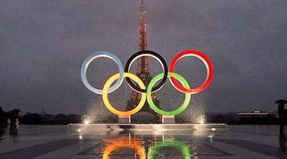 sigle olympique devant la tour eiffel