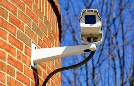 Camera de surveillance fixée dans un mur
