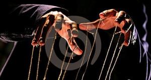Deux mains qui tirent des ficelles