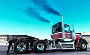Gros camion qui dégage de la fumée