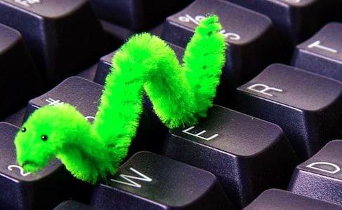 Ver informatique vert sur un clavier