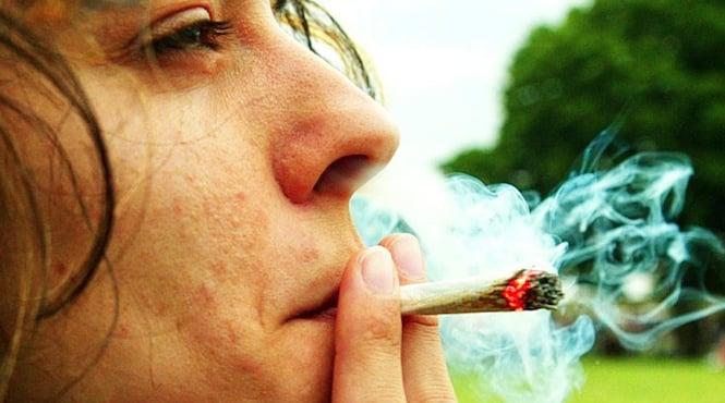 Femme fumant du cannabis