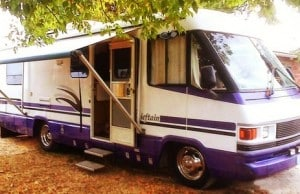 Camping-car avec sa porte ouverte