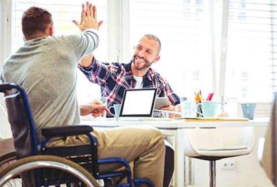 Personne handicapée qui tape la main d'une autre