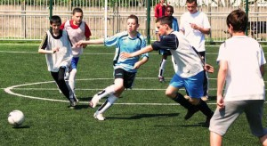 Adolescents jouant au football
