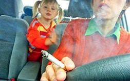 Adulte Fumant Devant Son Enfant 1