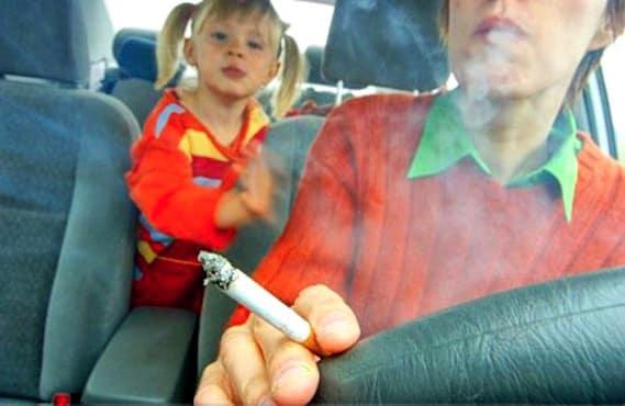 Adulte fumant devant son enfant