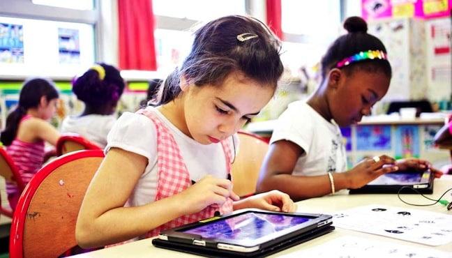 Eleve étudiant avec une tablette numerique