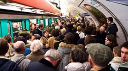 Metro Parisien Plein De Voyageurs