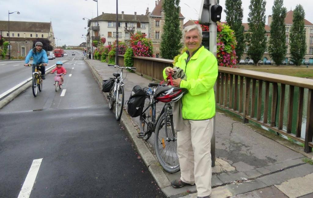 une piste cyclable avec un cycliste et son vélo