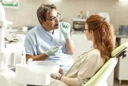 Santeun Dentiste Avec Une Patiente