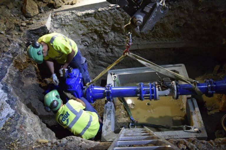 deux ouvriers travaillant sur une turbine hydroélectrique