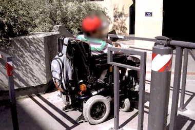 Une personne handicapee En Fauteuil Passant Une Chicane 1