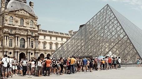 Longue File Dattente Devant La Pyramide Du Louvre
