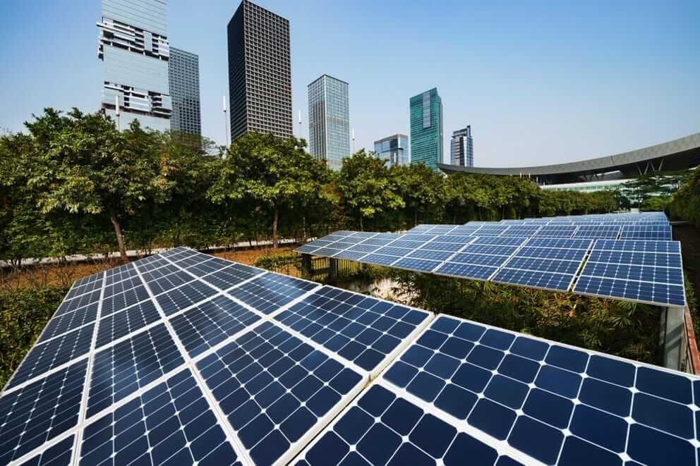 des panneaux photovoltaïques devant des immeubles
