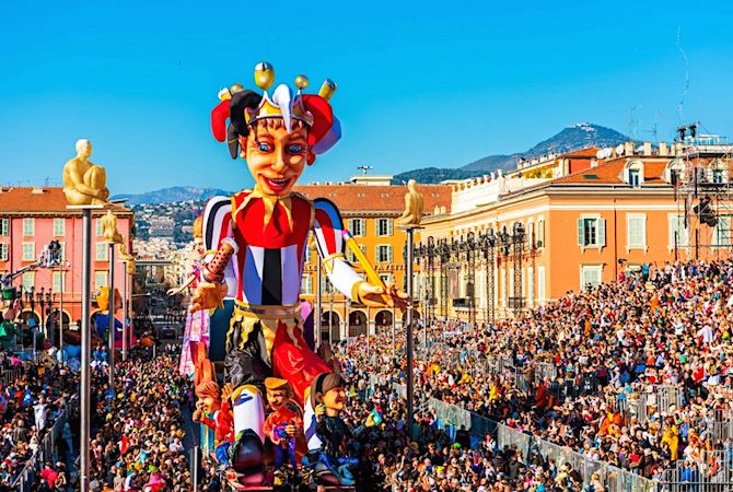 Le spectacle du défilé de chars du Carnaval de Nice est l'occasion de jeter des milliers de fleurs.