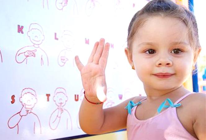 Des ateliers peuvent aider à mieux communiquer avec les enfants sourds.