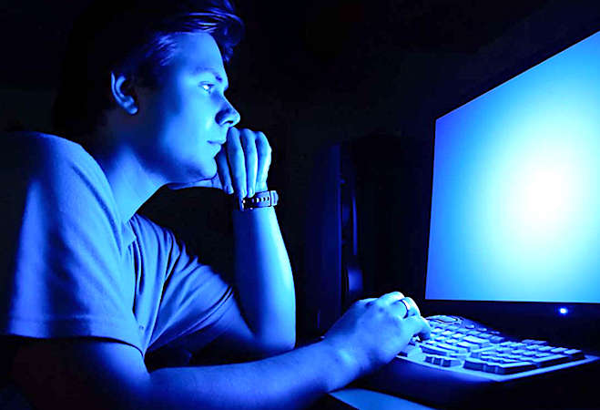 Les émissions intensives de lumière bleue sont dangereuses pour la vue.