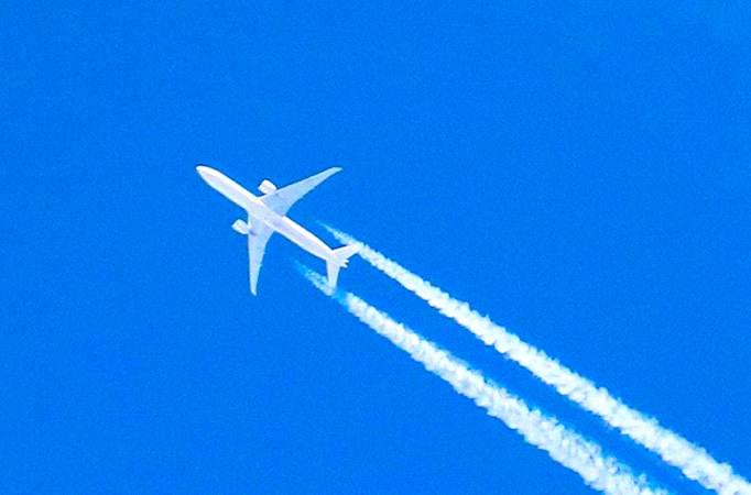 Réduire nos émissions de carbone peut passer par un meilleur contrôle des voyages en avion.