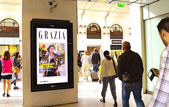 Des écrans vidéo publicitaires servent à évaluer l'impact des campagnes sur les passants.