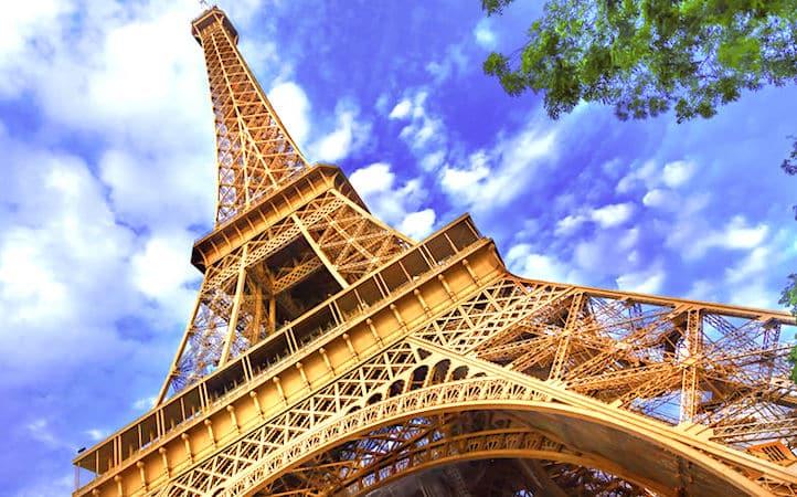 ans de la Tour Eiffel sont célébrés par un show lumineux.