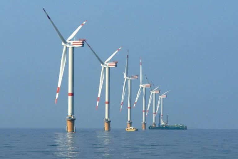 des éoliennes en mer