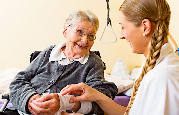 Les visites à domicile aident à lutter contre l'isolement.