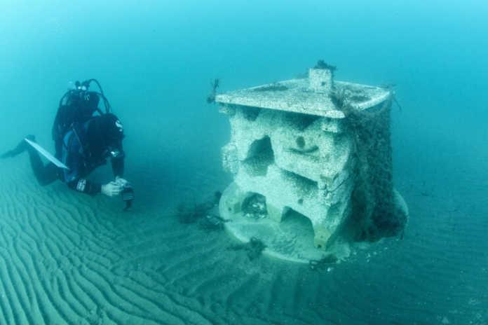 un plongeur installant un récif artificiel