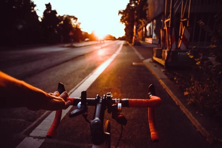 un vélo sur la route
