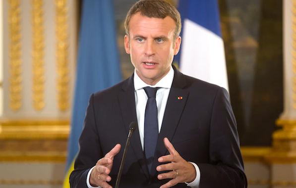 Le Président Macron décide finalement de réduire les suppressions de postes de fonctionnaires qu'il avait annoncées.