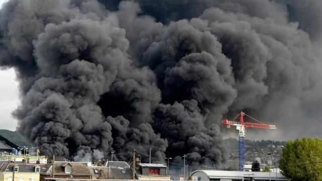 un nuage de fumée lors d'une explosion sur un site Seveso