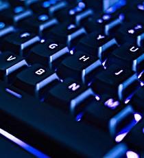 clavier d'ordinateur pour illustrer un impact numérique sur l'environnement