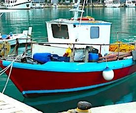 un bateau de pêche à quai qui illustre une Interdiction de pêcher dans le cadre du Brexit