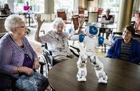 Les seniors apprécient de jouer avec le robot Pepper.