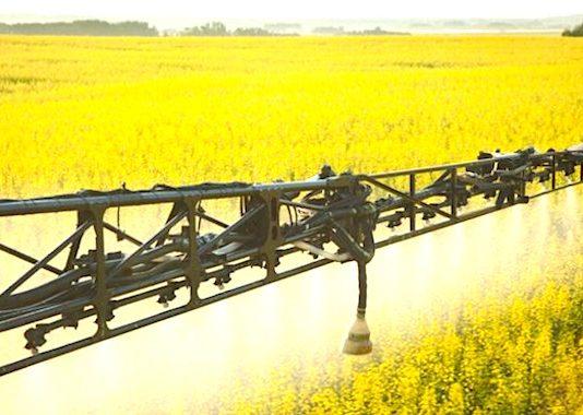 L'épandage des pesticides fait toujours débat.