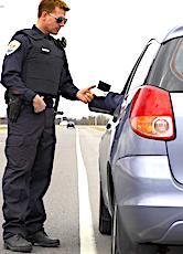 policier intervenant sur le contrôle du non-respect du confinement