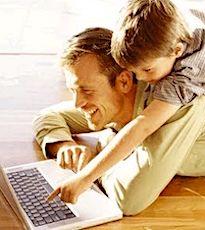 papa et enfant devant un écran pour un enseignement à distance ludique