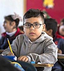 enfant en classe pour illustrer la réouverture des écoles