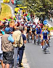 Le public qui entoure les coureurs du Tour de France risque de poser un problème sanitaire de proximité.