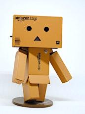 personnage en carton pour illustrer les entrepôts fermés chez Amazon