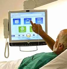 un malade alité utilisant la téléprésence